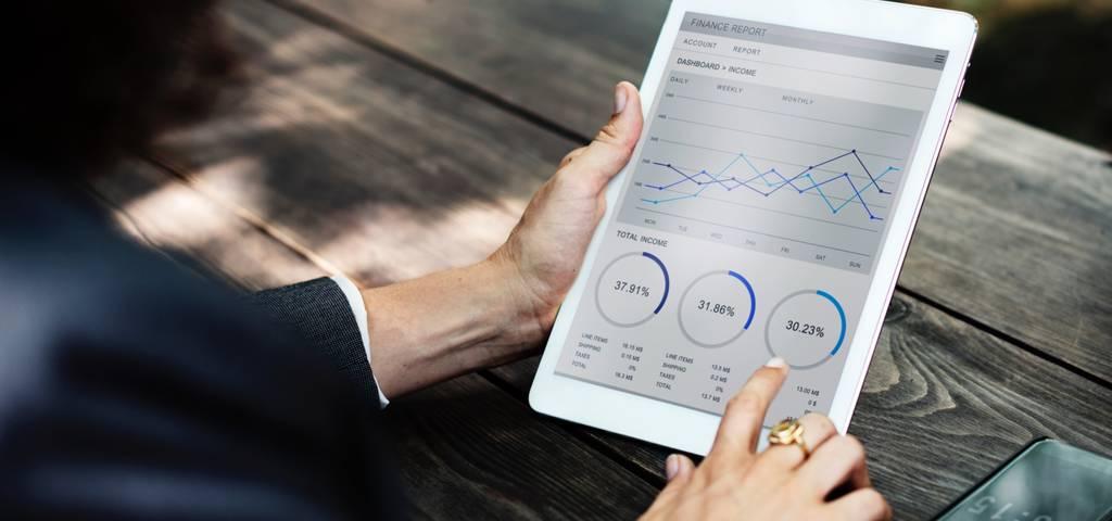 El hospedaje es un modelo de aprovisionamiento de IT en el que un proveedor de servicios arrienda servidores dedicados y equipo asociado a un solo cliente.