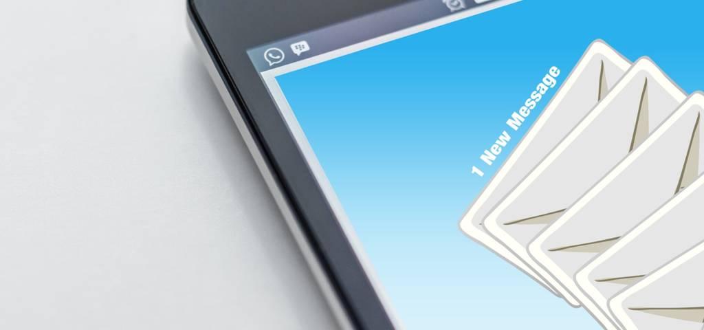 Una dirección de correo electrónico que contiene el nombre comercial de una empresa y se distingue de los correos electrónicos personales.