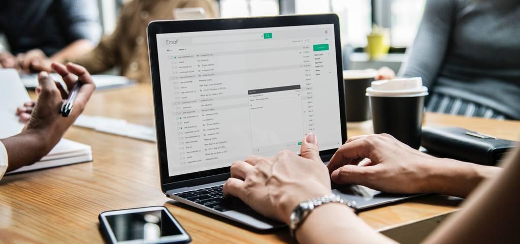 Consiste en enviar publicidad masiva por correo electrónico, buscando llegar al mayor número de personas a través de una plataforma.